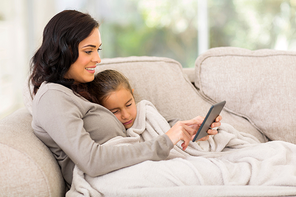 Amwell_Mom_and_Child_on_Couch_Tablet